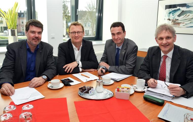 Arbeitstreffen im Kreishaus: Landrat Makiolla (r.) und Kreisdirektor Dr. Thomas Wilk (2.v.r.) mit den SPD-Bundestagsabgeordneten Michael Thews (l.) und Oliver Kaczmarek. (Foto: B. Kalle – Kreis Unna)