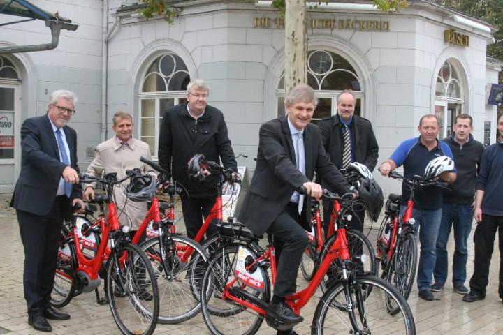 Landrat Michael Makiolla (vorn), Kamens Bürgermeister Hermann Hupe (links) und VKU-Geschäftsführer Andre Pieperjohanns (rechts hinter Makiolla) beim Test von E-Bikes. (Foto: Kreis Unna)