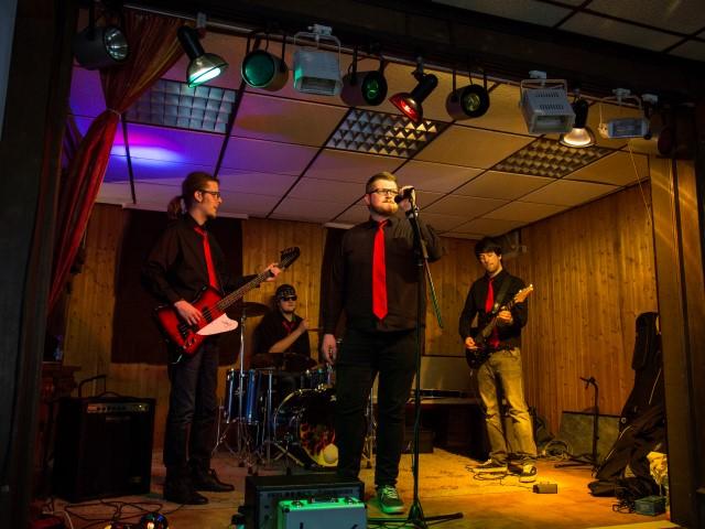 """Auf der kleinen Bühne im Saal nebenan heizute die Band """"Jaquar"""" den Besuchern ab etwa 20 Uhr kräftig ein.  (Foto: Peter Gräber)"""