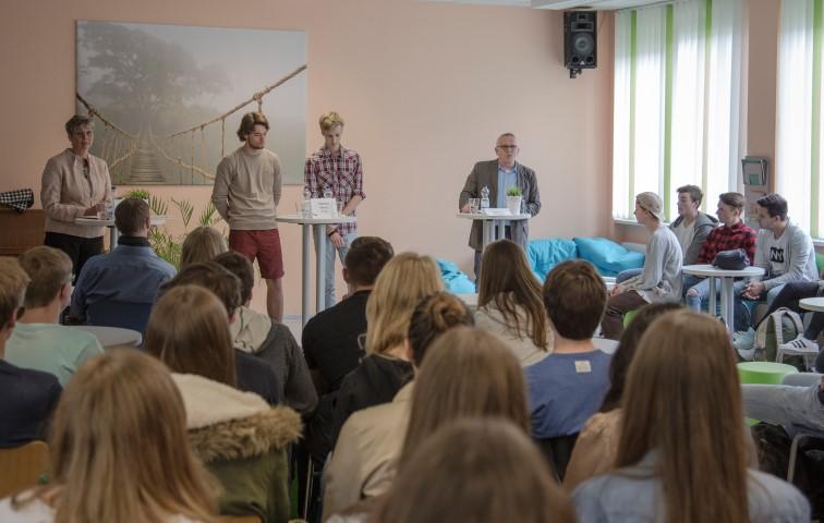 Die beiden Bürfgermeisterkanidaten,  Ulrike Drossel (l.) und Michael Klimziak (r.) sytellten sich am Freitag Schülern des 10. und 11. Jahrganges des CSG vor. (Foto: Peter Gräber)