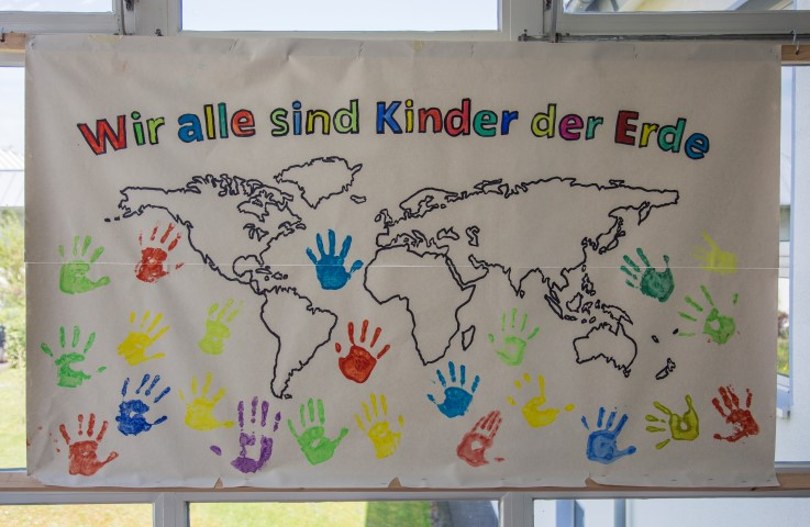HAndgemaltes Plakat aus dem Eingangsbereich der Paul-Gerhardt-Schule in Hengsen. (Foto: Peter nGräber)