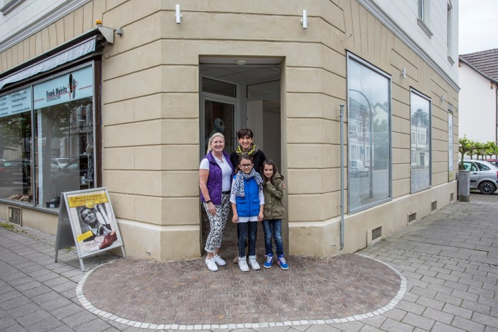 HSV-Geschäftsführerin Susanne Werbinsky (l.) und Susi Foutiadou (Kursleiterin) mit  ihren Töchtern Michaela und Stella freuen sich auf das neue Gesundheitssport-Ladenlokal. (Foto: Peter Gräber)