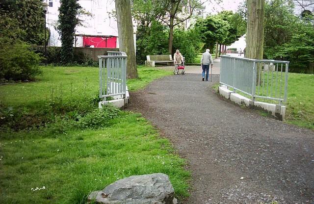 Dieses Wegeteilstück im Enmscherpark möchte der Seniorenbeirat gerne gepflastert sehen. (Foto: privat)