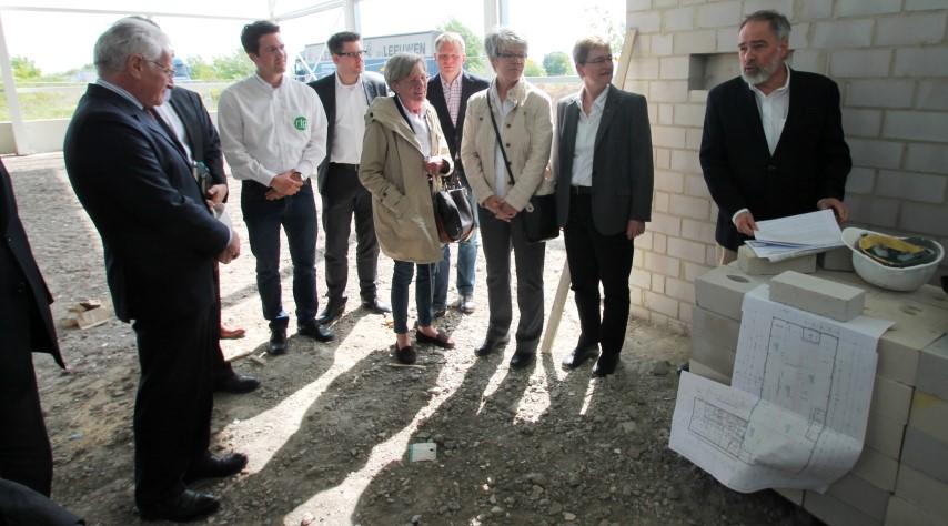 Zahlreiche Gäste von Unternehmensseite, sowie aus Politik und Verwaltung kamen zur feierlichen Grundsteinlegung der rtg electronics GmbH im Ec o Port. (Foto: WFG Kreis Unna)