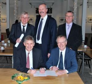 Die Absichtserklärung wurde von Landrat Michael Makiolla, Harald Küst von der Arbeitsagentur Hamm und Vertretern von Institutionen und Kommunen unterschrieben. (Foto: C. Rauert – Kreis Unna)