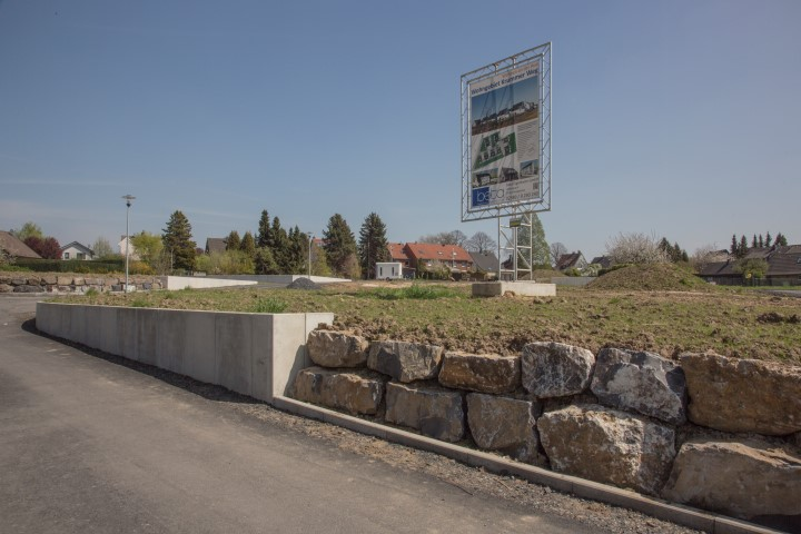 Der Bebauungsplan für das kleine Neubaugebiet Krummer Weg bleibt wohl bestehen. Deiutliuch zu erknnen ist die Terrassierung, die der Bauträger bereits vorgenommen hat.  (Foto: Peter Gräber)