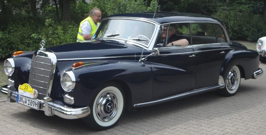 Ein Mercedes-Benz aus der Adenauer-Ära bei der Haarstrang-Klassik. (Foto: privat)