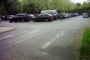 Das Linksabbiegen nach der Zufahrt auf dem Parkplatz an der Kirchstraße möchte der Seniorenbeirat durch eine Markierung verbieten.