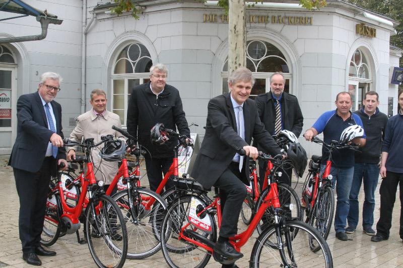 Landrat Michael Makiolla (vorn), Kamens Bürgermeister Hermann Hupe (l) und VKU-Geschäftsführer Andre Pieperjohanns (rechts hinter Makiolla) beim Test von E-Bikes. (Foto: Kreis Unna)