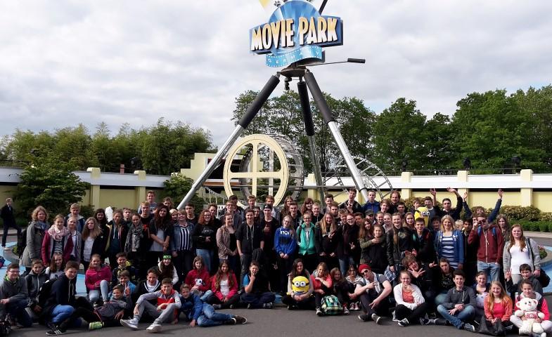 Jugendliche, Mitarbeiter und Ehrenamtliuche der Ev. Jugend des Kirchenkreeises Unna besuchten am Pfingstdienstag den Moviepark in Bottrop. (Foto: privat)