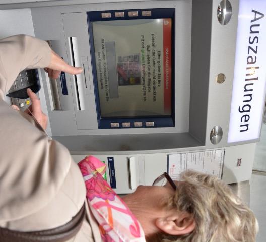 Seniorenberaterin Karin Petschat zeigt richtiges Verhalten am Geldautomaten. (Foto: privat)