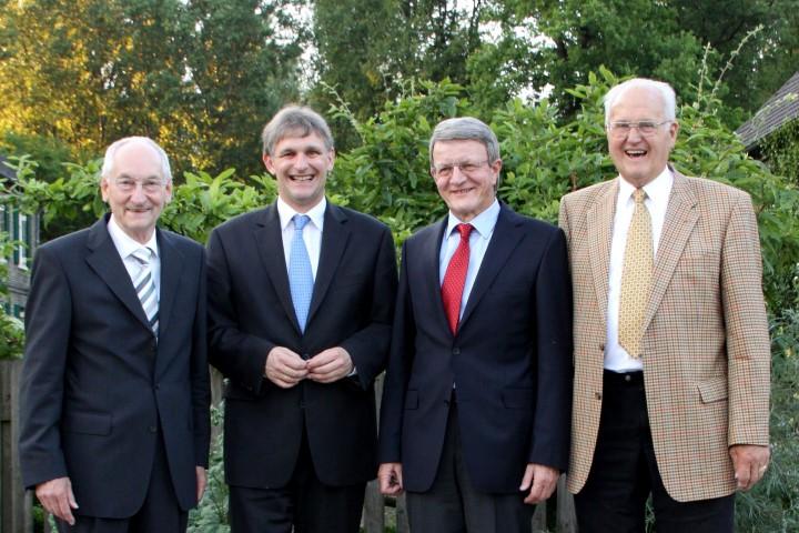 Karl-Heinrich Landwehr (letzter Oberkreisdirektor), Gerd Achenbach (erster hauptamtlicher Landrat), Michael Makiolla (jetziger Landrat) und Rolf Tewes (letzter ehrenamtlicher Landrat, v.r.) 2010 bei einem Treffen auf der Ökostation. (Foto: Kreis Unna)