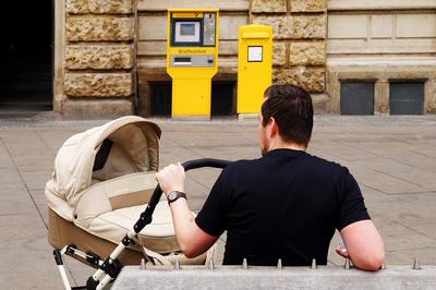 """Das EltergeldPlus ist eine neue Option für Eltern. (Foto: . (PK) Mehr Wahlmöglichkeiten für Eltern, deren Kinder ab dem 1. Juli geboren werden: Das ElterngeldPlus unterstützt Mütter und Väter, die in Teilzeit arbeiten, und bietet damit eine neue Option neben dem klassischen Elterngeld. Darauf weist die Elterngeldstelle beim Fachbereich Familie und Jugend des Kreises hin.   Viele Eltern wünschen sich, nach der Geburt ihres Kindes sowohl Verantwortung für die Familie zu übernehmen als auch rasch wieder in den Job einzusteigen. Wer dann wieder in Teilzeit arbeiten möchte, kann mit dem ElterngeldPlus das Elterngeldbudget besser ausschöpfen.   Das klassische Elterngeld wird derzeit für maximal 14 Monate nach der Geburt des Kindes gezahlt. Bislang galt: Wenn Mütter oder Väter schon währenddessen in Teilzeit arbeiteten, verloren sie dadurch einen Teil ihres Elterngeldanspruches. Das ändert sich mit dem ElterngeldPlus ab dem 1. Juli. Künftig können Eltern, die in Teilzeit arbeiten, das ElterngeldPlus doppelt so lange erhalten. """"Ein Elterngeldmonat wird also zu zwei ElterngeldPlus-Monaten"""", erläutert Fachbereichsleiterin Sandra Waßen.   Wie das bestehende Elterngeld ersetzt das ElterngeldPlus das wegfallende Einkommen abhängig vom Voreinkommen zu 65 bis 100  Prozent. Es beträgt monatlich maximal die Hälfte des Elterngeldes, das den Eltern ohne Teilzeiteinkommen nach der Geburt zustünde, wird aber für den doppelten Zeitraum gezahlt.   """"Wer nach der Geburt Teilzeiteinkommen erzielt, bekommt also mit dem ElterngeldPlus in der Summe mehr Elterngeld"""", erläutert Waßen. Ein Elterngeldrechner des Bundesministeriums für Familie, Senioren, Frauen und Jugend  auf der Internetseite www.familien-wegweiser.de/Elterngeldrechner hilft dabei, die ersten Monate mit Kind zu planen. Hier wird auch der so genannte Partnerschaftsbonus berechnet, der gilt, wenn sich Vater und Mutter die Betreuung ihres Kindes teilen und parallel für mindestens vier Monate zwischen 25 und 30 Wochenstunden arbeiten."""
