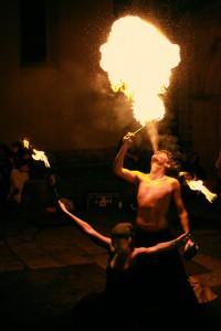 Bei Einbruch der Dunkelheit erwartet die Besucher eine Feuershow. Foto: J. Wiedelmann)