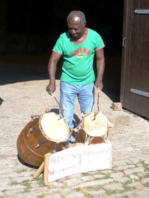 Gad Osafo leitet den 14. Trommelworkshop. (Foto: B. Kollmann - Kreis Unna)