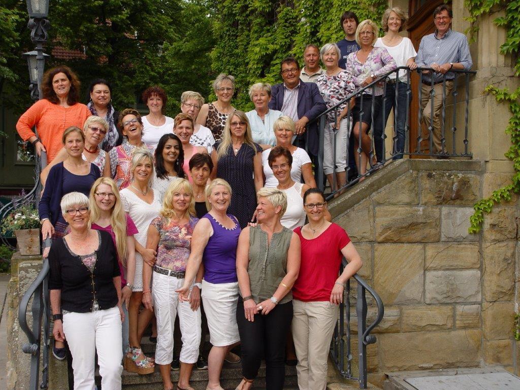 Nach dem Treffen im Ratskeller stellten sich die Übungsleitrerinnen und -leiter des HSV-gesundheitssport gemeinsam mit Rolf Unnerstall und Karl-Heiz Lösbrock zum Gruppenfoto auf der Rathaustreppe. (Foto: privat)