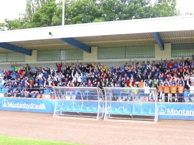 300 Spieler aus 24 Unternehmensmannschaften aus ganz Deutschland nahmen am 7. Montanhydraulik Business-Cup in Holzwickede teil: Volle Trivüne beim 7. BUsiness Cup. (Foto: privat)