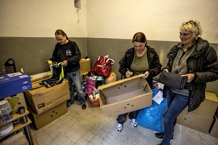 Haben heute tagsüber weitere Spenden in der Sammelstelle mhinter dem Rathaus für die Familie angenommen, v.l. Frank Brockbals, Nadine Kastner und Simone Kemper. (Fotoi: Peter Gräber)