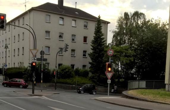 Die Verkehrsampel auf der Bahnhofstraße wird umgestellt: Rechtsabbieger müssen künftig bei Rot haklten, wenn, Fußgänger Grün angefordert habe, (Foto;: Peter Gräber)