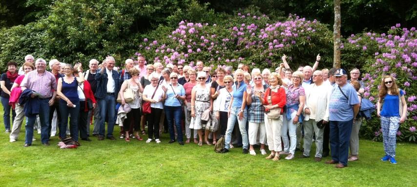 """Die Teiolnehmer aus Holzwickede mit einem Teil ihrer Gastfamilien im """"Parc des Moustiers"""" in Varangeville. (Foto: privat)"""
