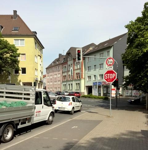 Ein Abbiegeverbot für Lkw über 7,5 t in die Rausinger Straße ist leider nicht möglich. Selbst Lkw mit einer Länge über zehn Meter können gefahrlos aus der Rausinger Straße nach links in die Nordstraße abbiegen. (Foto: P. Gräber - Emscherblog.de)