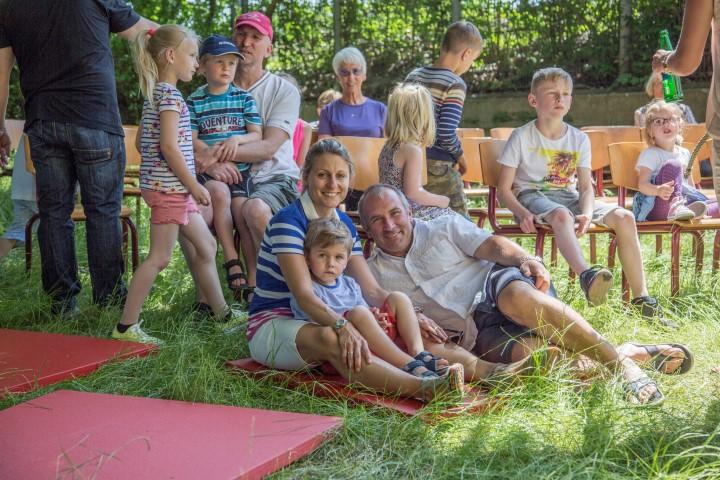 Wie diese junge Familie warteten die kleinen und großen Besucher am Nachmittag gespannt auf das Sternmschnuppentheater. (Foto: Peter Gräber)