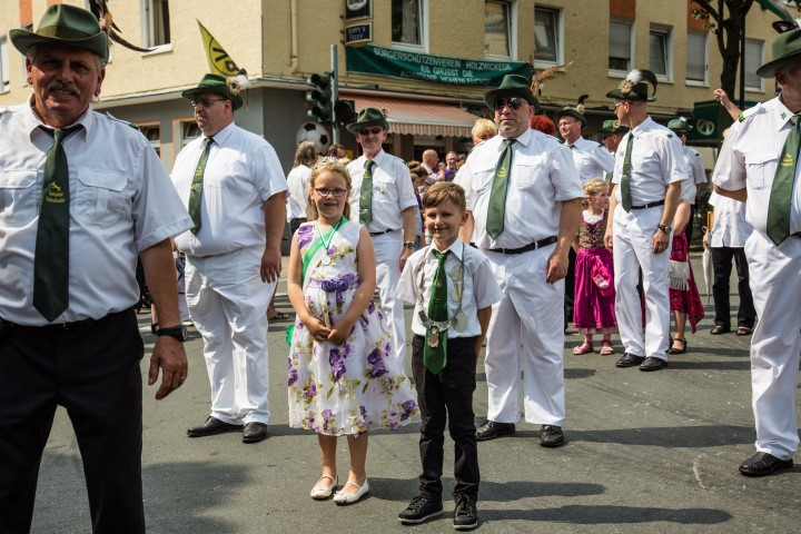 Auch die kleinen Majestäten marschierten im Umzug mit: das aktuelle Kinderkönigspaar Lara Maria Schnetzer und Tim Pechmann. (Foto: Peter Gräber)