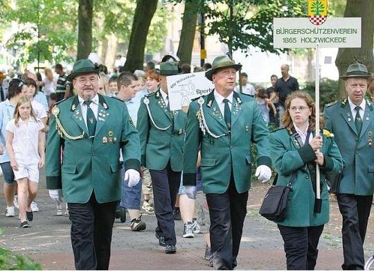 Ab heute marschieren sie wieder: der Holzwickeder Bürgerschützenverein lädt zu seinem Jubiläumsfest an diesem Wochenende ein.  Das Foto zeigt den Festumzug im Jahr 2010. (Foto: Archiv)