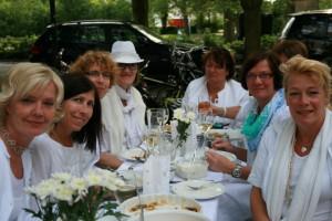 Der Freundeskreis und die evangelische Kirchengemeinde laden am 15. August zu einem neuen Diner en blanc ein: so stilvoll ging's beim letzten Diner en blanc zu. (Foto: pt rivat)