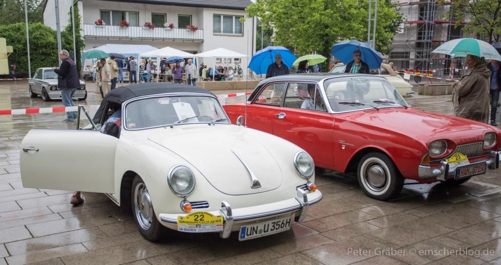 """Auch diesen weißen Porsche 356, Baujahr 1964, und roten Ford 17 M, eine so genannte Badewanne"""", konnten die Zuschauer bewundern. (Foto: Peter Gräber)"""
