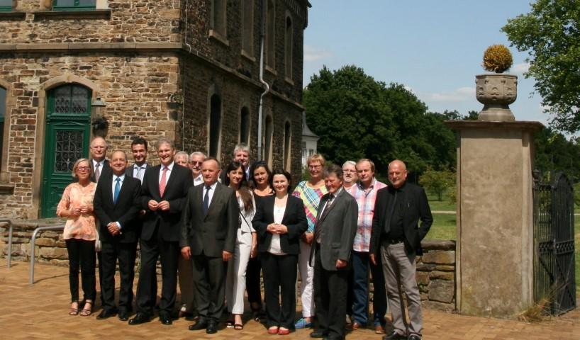 : Gruppenbild der polnischen Delegation um Landrat Pławiak (3.v.l.) und die Gastgeber mit Landrat Makiolla (5.v.l.) an der Spitze beim Empfang auf Haus Opherdicke. (Foto: C. Rauert – Kreis Unna)