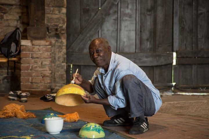Der 14. Trommelworkshop im Ferienspaß-Programm auf Haus Opherdicke ist auch sein letzter gewesen: Im nächsten Jahr wird Gad Osafo keinen neuen Trommelworkshop mehr anbieten. (Foto: Peter Gräber)