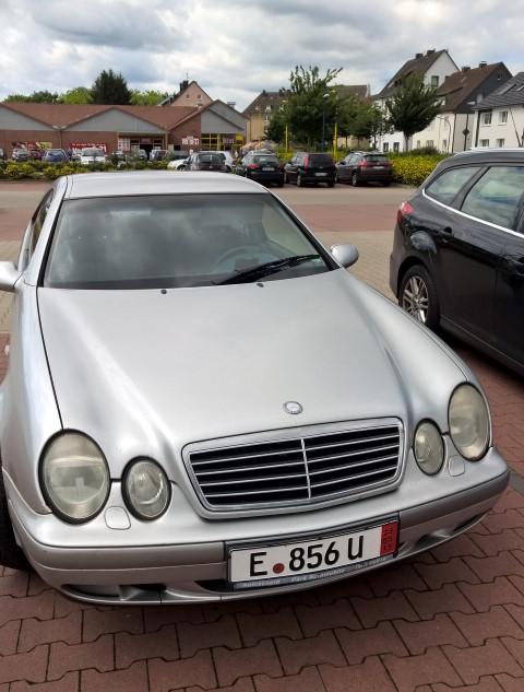 Der Mercedes, mit dem die drei Angeklagten auf Diebestour waren, steht seit der Tat am 8. Mai noch immer auf dem Parkplatz vor dem Rewe-Markt. (Foto: Peter Gräber)