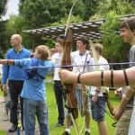 Entspannend und konzentrationsfördernd: Bogenschießen als Ferienspaß