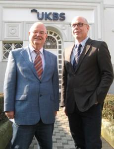 zeigt Theodor Rieke, den AR-Vorsitzenden der UKBS, und Geschäftsführer Matthias Fischer.