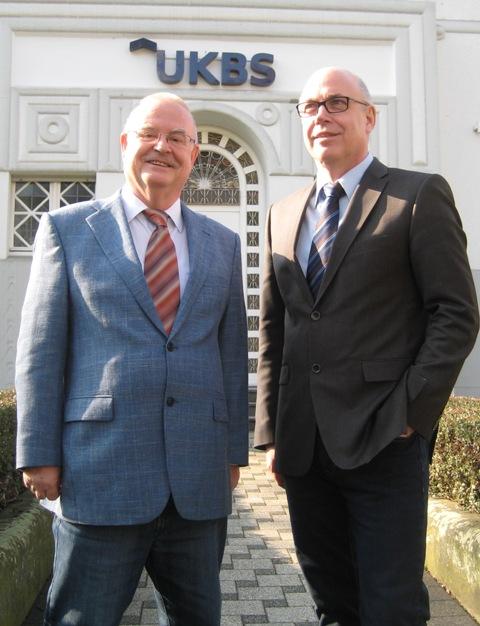 zeigt Theodor Rieke, den Aufsichtsratsvorsitzende der UKBS, und Geschäftsführer Matthias Fischer. (Foto UKBS)