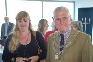 Empfingen de Gäste aus Holzwickede in Weymouth: Sarah Vickery und Bürgermeister