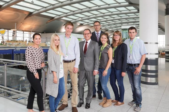 Geschäftsführer Udo Mager (4.v.l.) und Ausbildungsleiter Bernd Ossenberg (4.v.r.) empfangen die fünf neuen Auszubildenden am Dortmund Airport © Dortmund Airport, Hans-Jürgen Landes