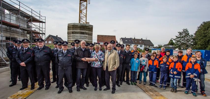 Antreten zur Grundsteinlegung: Die Feuerwehren der Gemeinde Holzwickede sowie die beiden Ortsvorsteher Petra Kittl (Opherdicke) und Friedrich-Wilhelm Schmidt (Hengsen)