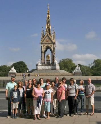 """Die Holzwickeder Gruppe vor dem """"Albert Memorial"""" . Das Denkmal erinnert an den Prinzgemahl der Queen Victoria. (Foto: privat)"""