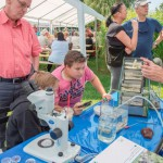 Gewässerbiologen stellen sich Fragen der Besucher beim 10. Emscherquellfest: