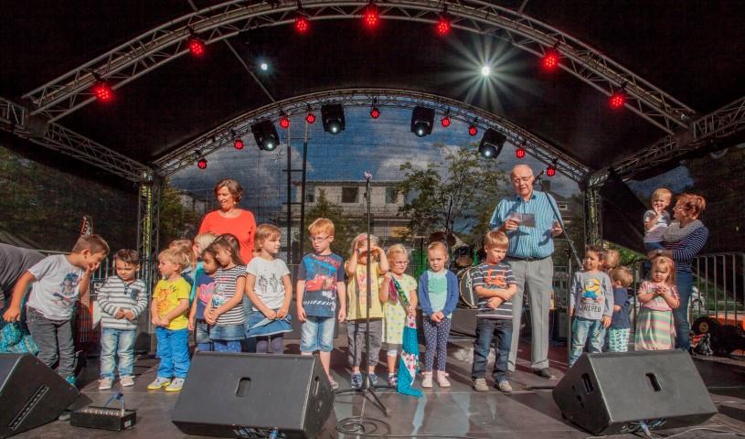 Bürgermeister Jenz Rother und Kinder der Kita Nordlicht eröffneten den Holzwickeder Sommer. (Foto: P. Gräber)