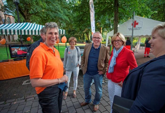 Keine Berührungsängste: Ministerin Ute Schäfer (2.v.r.) stattete auch Michael Klimziaks (M.) Gegenkandidatin Ulrike Drossel (l.) einen Besuch an ihrem Stand ab. (Foto: P. Gräber)