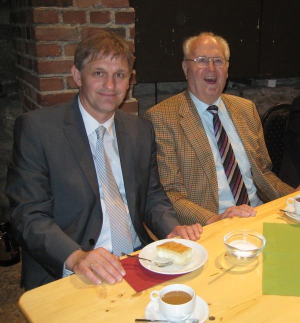 Karl-Heinrich Landwehr (rechts), letzter OKD des Kreises Unna, wird heute 80 Jahre alt. Unser Bild zeigt ihm mit dem heute amtierenden Verwaltungsleiter, Landrat Michael Makiolla. (Foto: Egbert Teimann)
