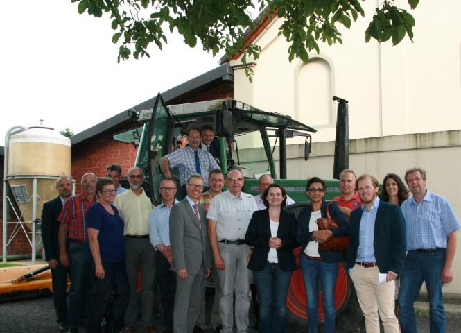 Landrat Makiolla (hinten auf dem Traktorsitz) mit anderen Mitgliedern der Verwaltungsleitung beim Treffen mit Vertretern der Landwirtschaft auf dem Hof Bücker. (Foto: C. Rauert – Kreis Unna)