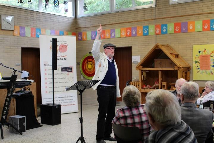 Der Kabarettist Micki Wohklfahrt unterhelt die Gäste in der Nordschule. (Foto:
