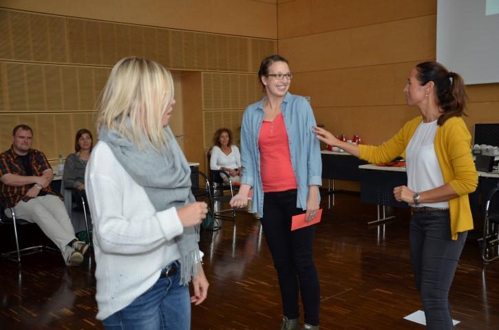 Rollenspiel: Dozentin Simone Kriebs (r.) zeigte den Teilnehmerinnen, wie es gelingt, schwierige Kinder zu erreichen. (Foto: B. Kalle – Kreis Unna)