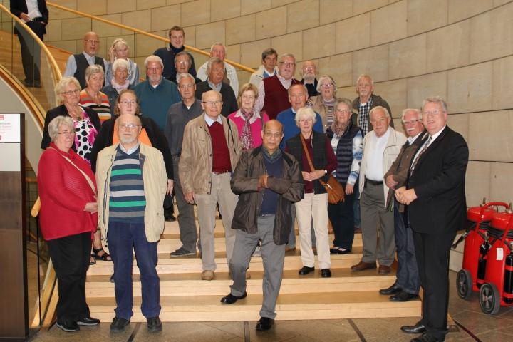 Hartmut Ganzke mit den Mitgliedern der Ökumenischen Gemeinde aus Holzwickjed eim Düsseldorfer Landtag. (Foto: privat)