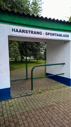Die Gemeinde Holzwickede bringt Flüchtlinge im Vereinsheim an der Haarstrang-Sportanlage unter. (Foto: Peter Gräber)