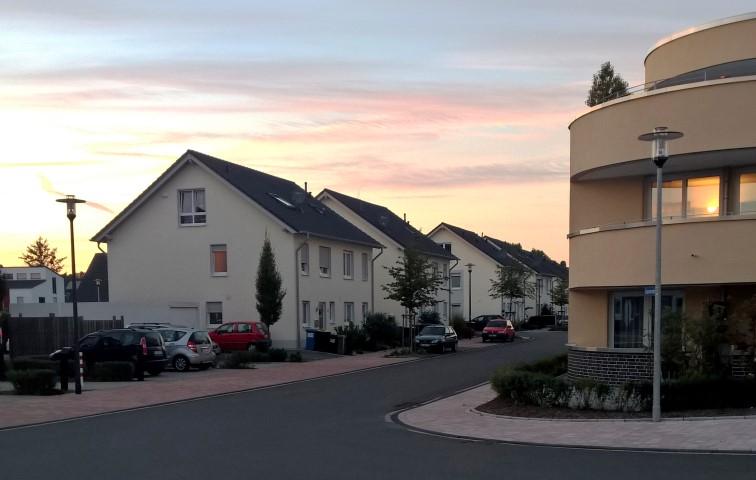 Der Planungs- und Bauausschuss gibt grünes Licht für den verlängerten Witterungsschutz vor den beiden Garagen der Doppelhaushälften in der Louviersstraße. (Foto: Peter Gräber)
